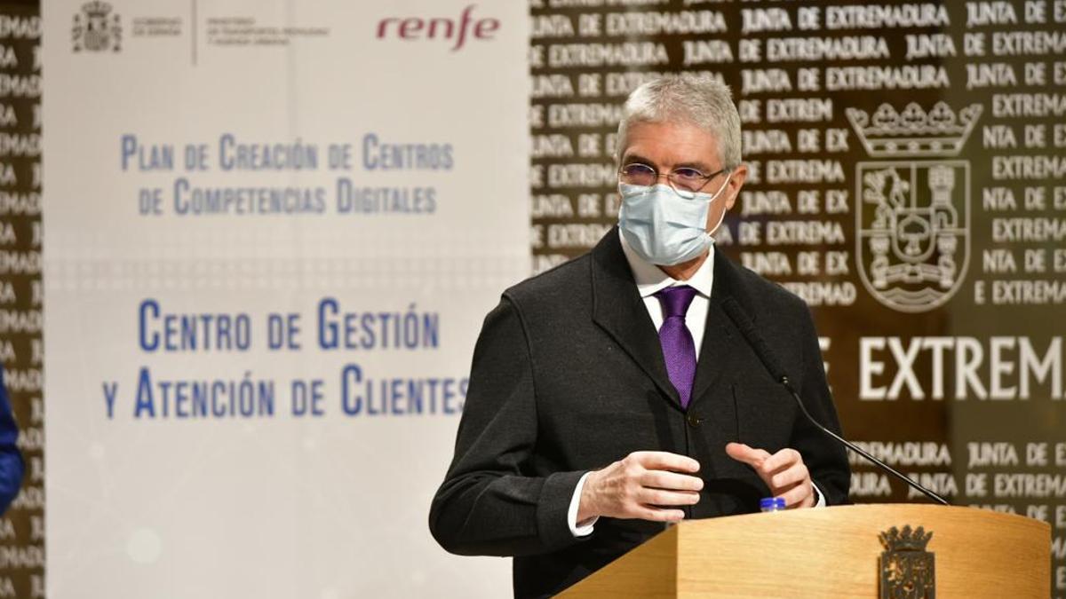 Isaías Táboas, presidente de Renfe, explicando la creación de este centro de operaciones comerciales