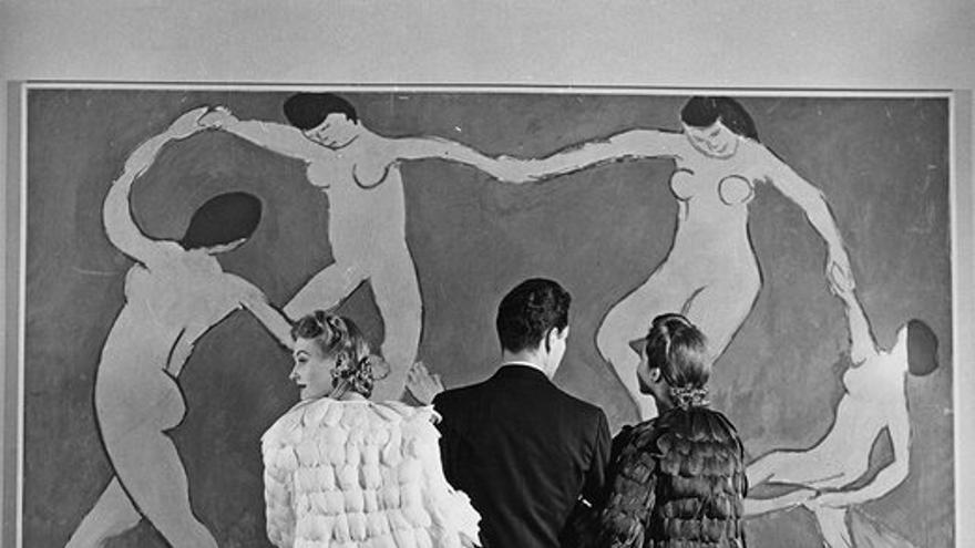 Museo de Arte Moderno, contemplando a Matisse, 1939. © Louise Dahl-Wolfe