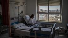Ana, una paciente de 41 años con COVID-19 que lleva ingresada semanas en el hospital, mira la ciudad desde su habitación.
