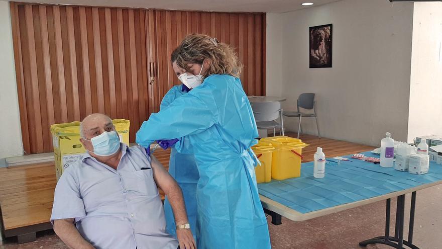 Esteban, de 68 años de edad y residente en la residencia de mayores de La Granja, en Jerez.., ha sido el primero en recibirla en la provincia de Cádiz  a 27 de diciembre 2020