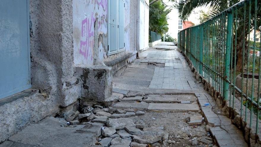 Aceras destrozadas. FOTO: Iago Otero Paz.