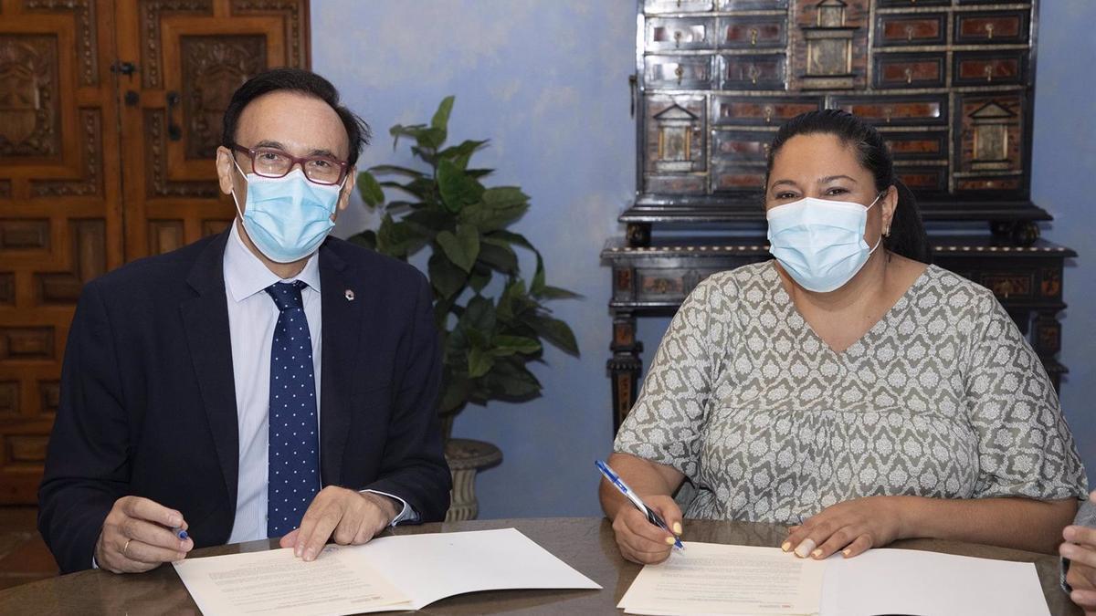 La presidenta de Iprodeco, Dolores Amo, y el rector de la UCO, José Carlos Cómez Villamandos, firman el convenio.