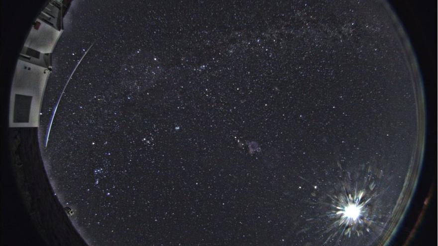 La estela del bólido, a la izquierda de la imagen, cruzando el cielo de La Palma en la noche de este jueves, 10 de enero de 2019