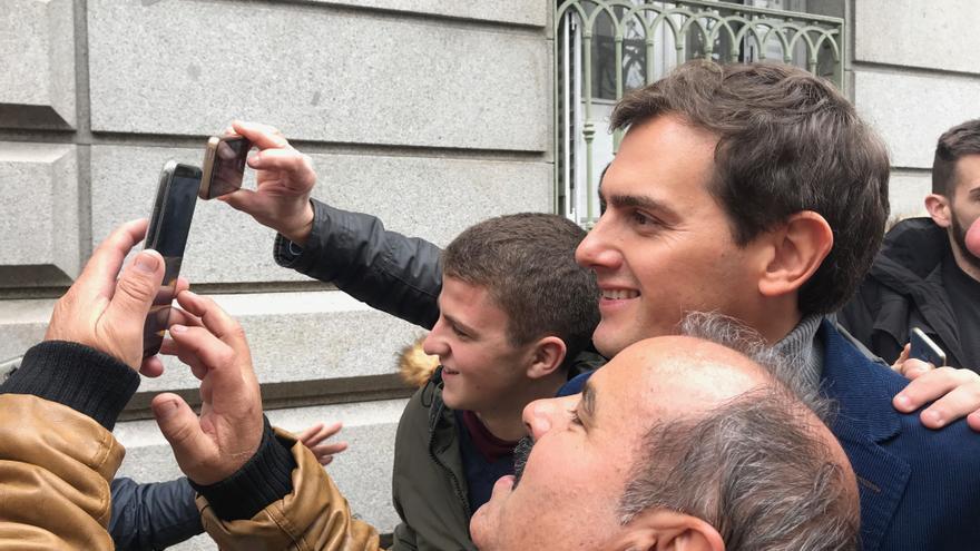 Albert Rivera, ocupado con los selfies tras el mitin de Madrid.