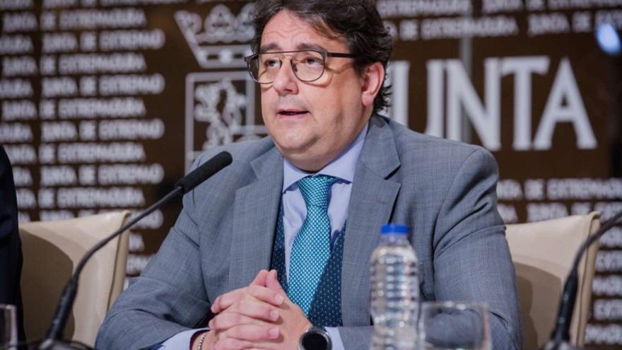El vicepresidente segundo y consejero de Sanidad y Políticas Sociales, José María Vergeles, en rueda de prensa