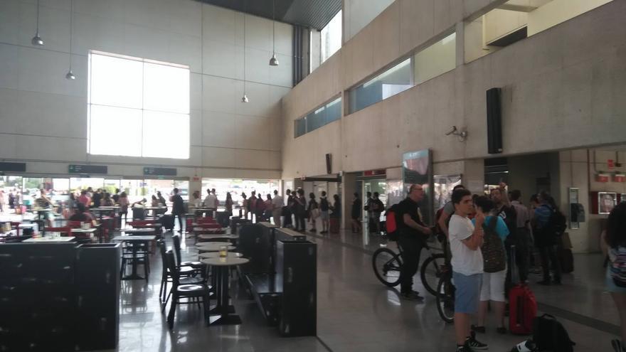 Usuarios del Cercanías esperando para adquirir el billete en la estación de Castellón