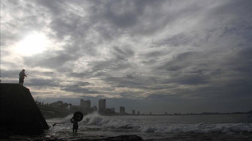 Vance ya es huracán categoría 2 frente a las costas mexicanas del Pacífico