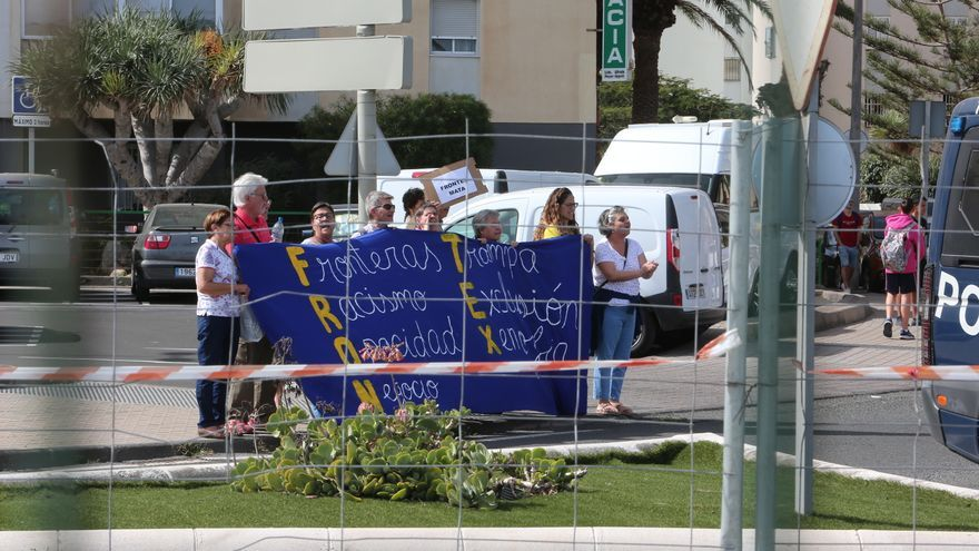 Protestas frente al Centro de Coordinación Regional de la Guardia Civil durante la visita del ministro del Interior, Fernando Grande-Marlaska.