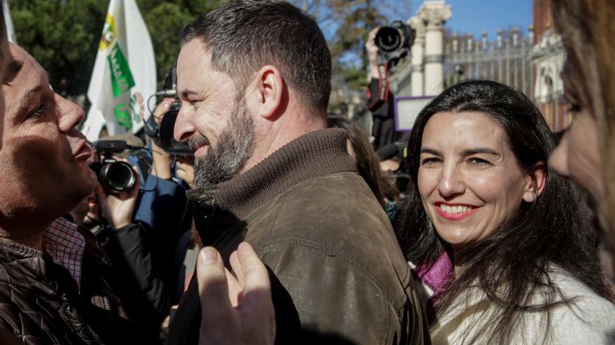 El presidente de VOX, Santiago Abascal y la portavoz de VOX en la Asamblea de Madrid, Rocío Monasterio, asisten a la manifestación de agricultores y ganaderos frente al Ministerio de Agricultura
