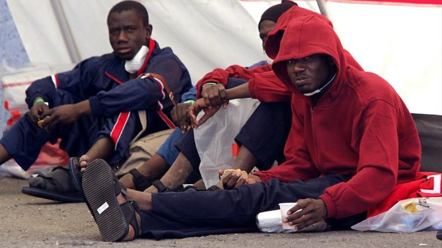 Llegada al puerto de Arguineguín, en Gran Canaria, de los 22 inmigrantes rescatados hoy a 23 millas al sur de la isla cuando navegaban a la deriva tras sufrir una avería en el motor.