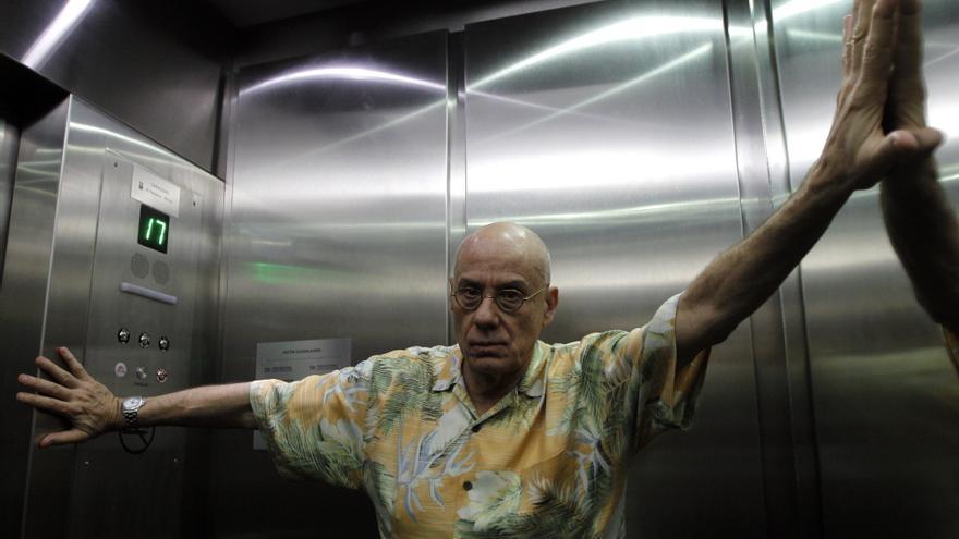James Ellroy en un ascensor en Guadalajara, México, en noviembre de 2011. Foto: Ulises Ruiz Basurto/EFE.