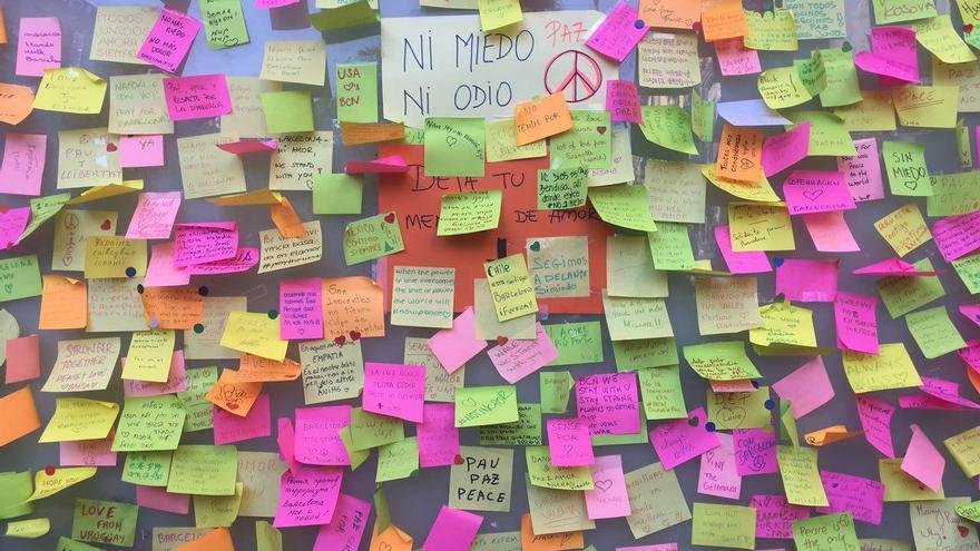 """Mensajes de """"Ni miedo, ni odio"""" en la Rambla de Barcelona"""