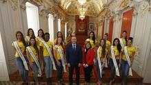 El alcalde de Las Palmas de Gran Canaria, Augusto Hidalgo, y la teniente de alcalde y concejala de Carnaval, Inmaculada Medina, posan con las aspirantes al trono de Reina del Carnaval.