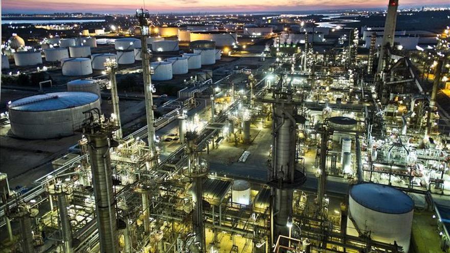 """Vista de la refinería de petróleo """"La Rábida"""", ubicada en Palos de la Frontera (Huelva)"""