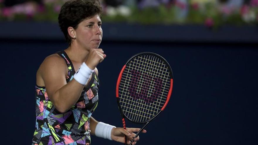 Carla Suárez festeja un punto ante la francesa Alize Cornet durante un juego del Abierto de Tenis de Monterrey (México). EFE/Miguel Sierra