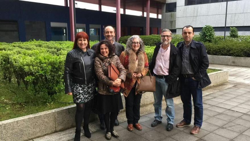 Estévez (tercera por la derecha), en la reunión constitutiva de la Comisión de Garantías de Podemos Galicia