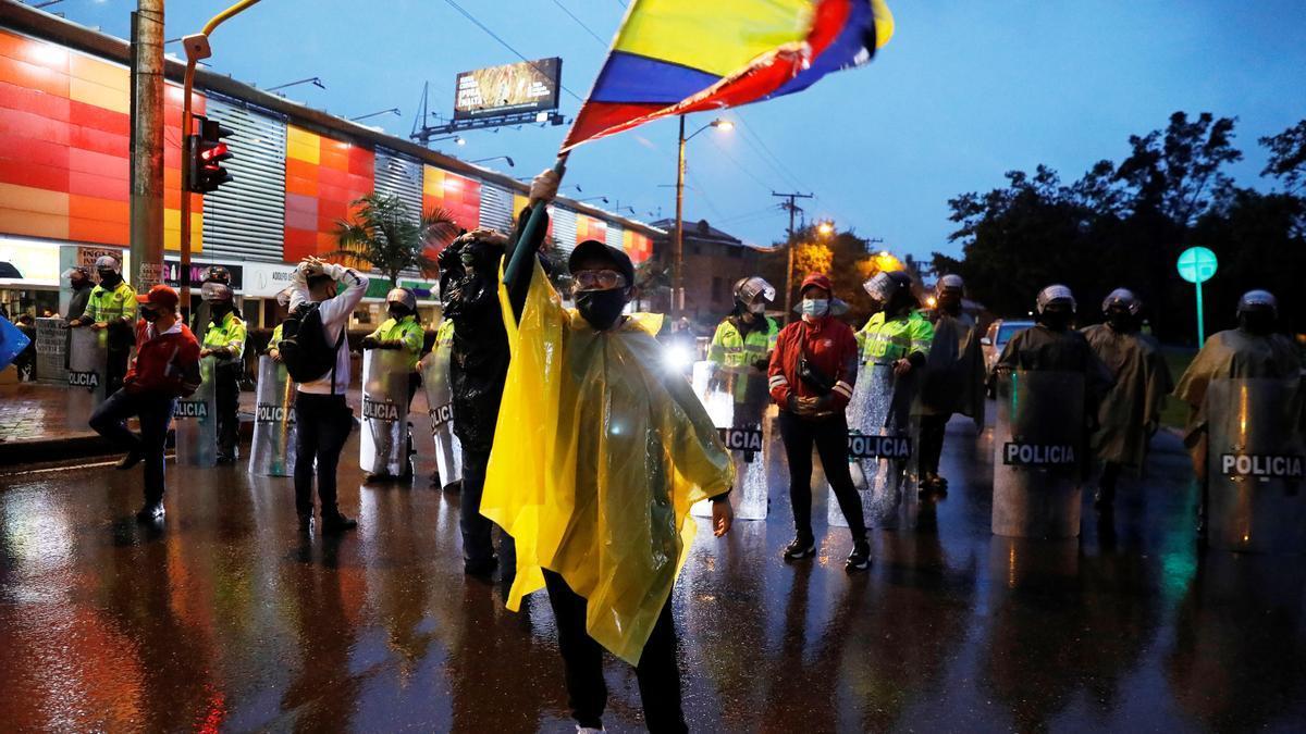 Manifestantes llegan al barrio donde tiene su residencia el presidente de Colombia, Iván Duque, en Bogotá.
