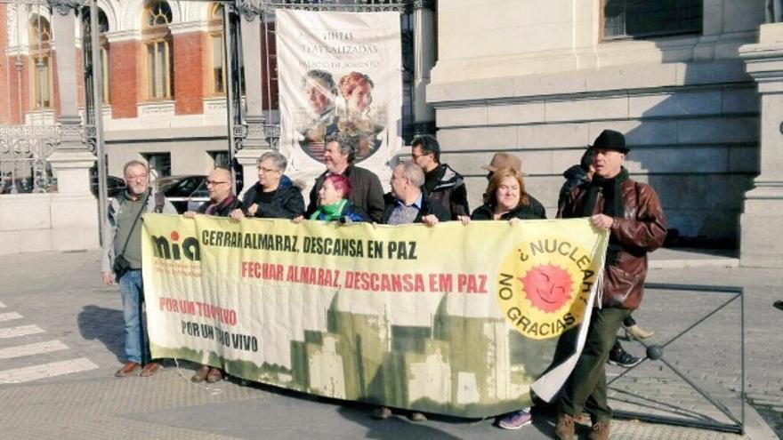 Concentración ahora mismo frente al Ministerio de Agricultura, Pesca, Alimentación y Medio Ambiente para exigir el cierre de Almaraz /  @ecologistas