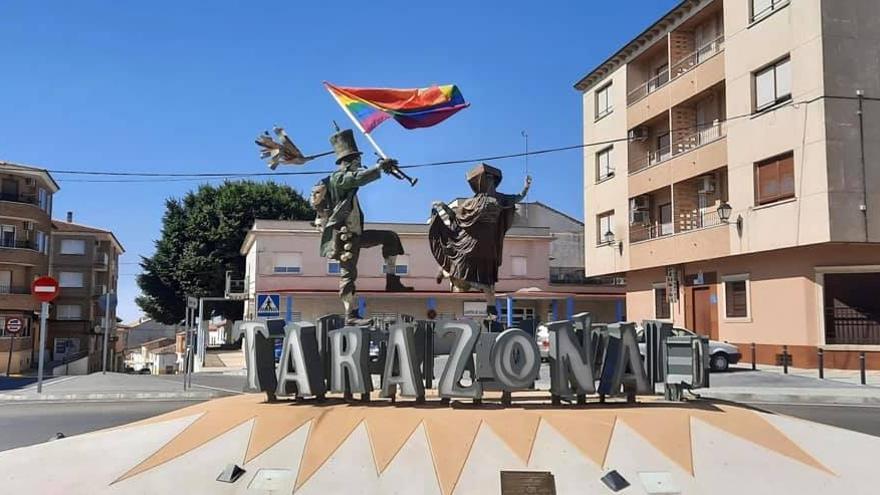 Tarazona de la Mancha (Albacete) luce estos días la bandera LGTBI con motivo de la Semana del Orgullo