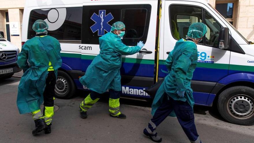 Ambulancias con personal médico en la residencia de Tomelloso (Ciudad Real)