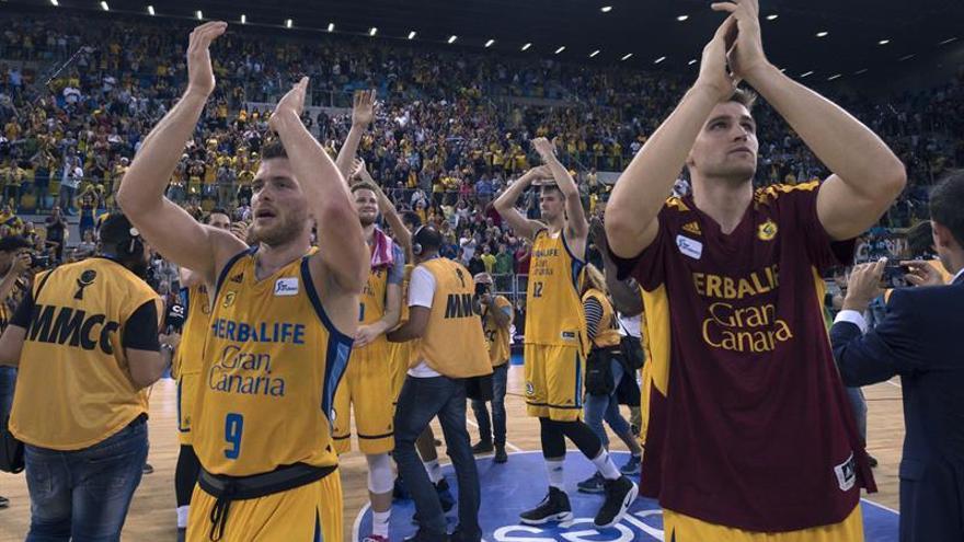Los jugadores del Herbalife Gran Canaria celebran su victoria sobre el Real Madrid. EFE/Ángel Medina G.