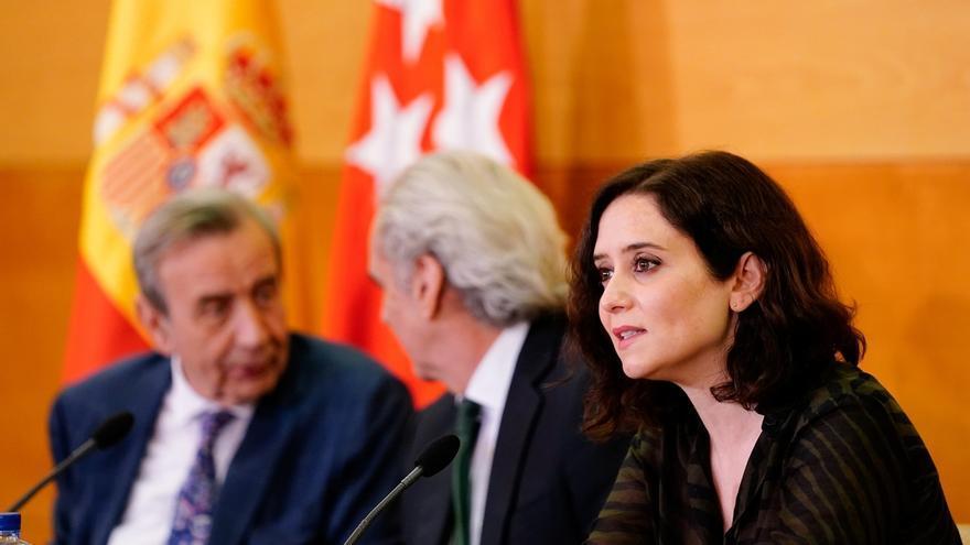 Antonio Burgueño, el consejero de Sanidad, Enrique Ruiz Escudero, y la presidenta de la Comunidad de Madrid, Isabel Díaz Ayuso.
