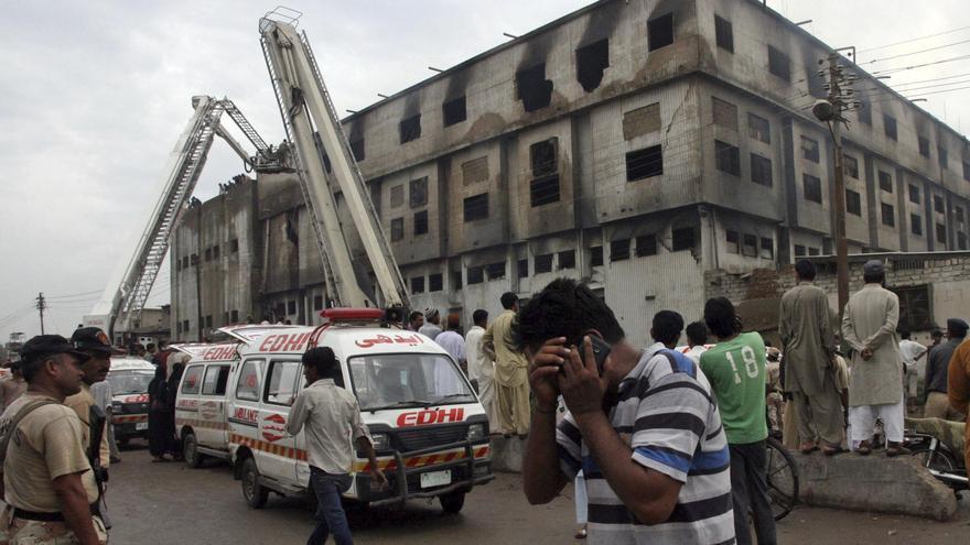 Acusan de homicidio a los dueños de la fábrica incendiada en Pakistán