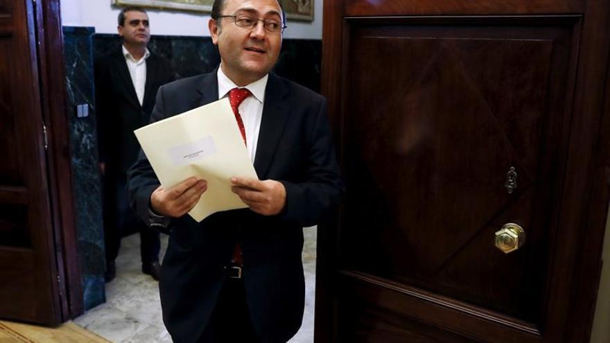 El diputado socialista Miguel Ángel Heredia a su llegada a la reunión de la Junta de Portavoces celebrada en el Congreso.