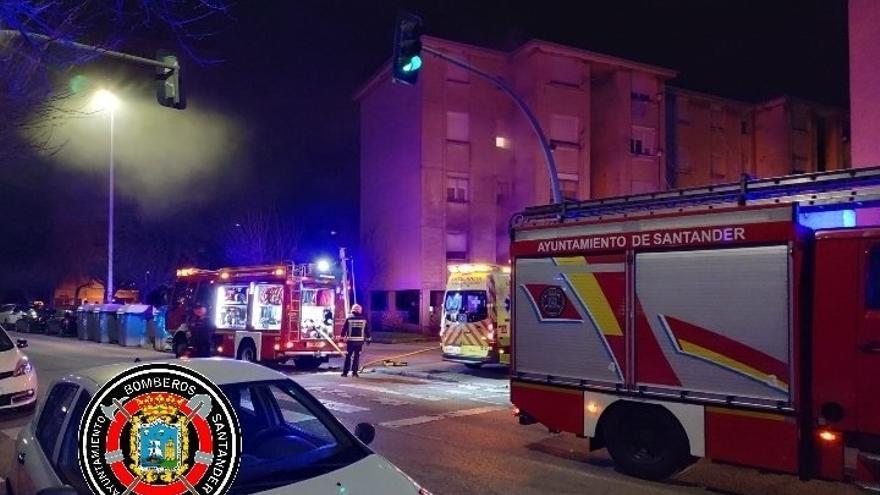 Un colchón podría ser el origen del incendio del piso de Cazoña en el que ha muerto un hombre