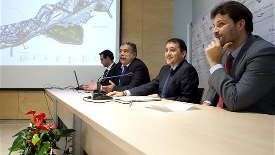 Pedro Rodríguez Zaragoza junto al alcalde y el primer teniente de alcalde.