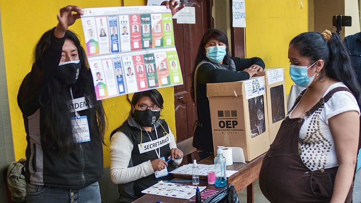 Las boletas electorales, en Bolivia, están impresas en colores y llevan, desde los tiempos anteriores al buen éxito de las campañas de alfabetización total de los gobiernos del MAS, fotografías de todas las figuras candidateadas.