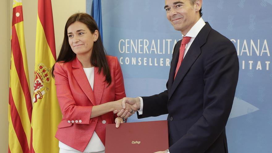 La consellera de Sanidad, Carmen Montón, recibe la cartera de su predecesor, José Manuel Llombart