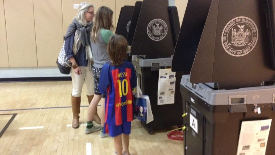 Una familia vota en el colegio electoral. Foto: Iñigo Sáenz de Ugarte