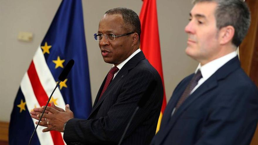 El primer ministro de Cabo Verde, Ulisses Correia (i), y el presidente del Gobierno de Canarias, Fernando Clavijo (d)