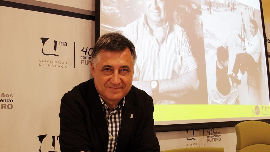 """Gervasio Sánchez, en una de las conferencias ofrecidas sobre su exposición """"Desaparecidos""""."""