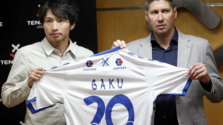 El director deportivo del CD Tenerife, Alfonso Serrano (d) presentó al jugador japonés Gaku Shibasaki. EFE/Cristóbal García