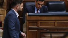El presidente del Gobierno, Pedro Sánchez, y el portavoz parlamentario de ERC, Gabriel Rufián, en el Congreso de los Diputados.