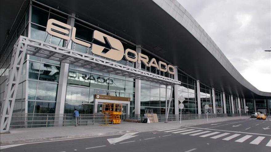 Seis cubanos rechazados en Ecuador piden refugio en el aeropuerto de Bogotá