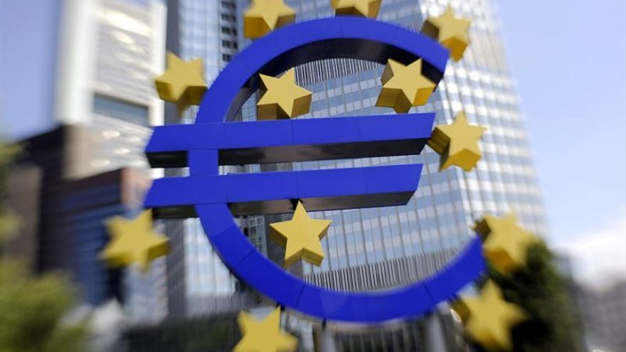 El euro baja hasta los 1,0976 dólares