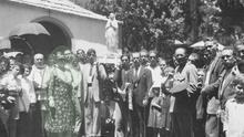 Miss Florence (señalada) durante la inauguración de la ermita de El Cedro en 1935
