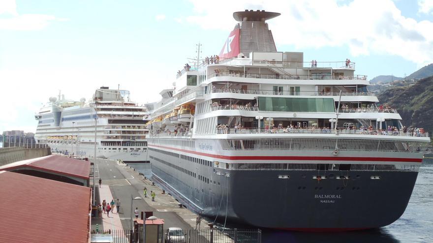 Los buques de crucero 'Aida Sol' y 'Balmoral', este viernes, en el Puerto de Santa Cruz de La Palma.