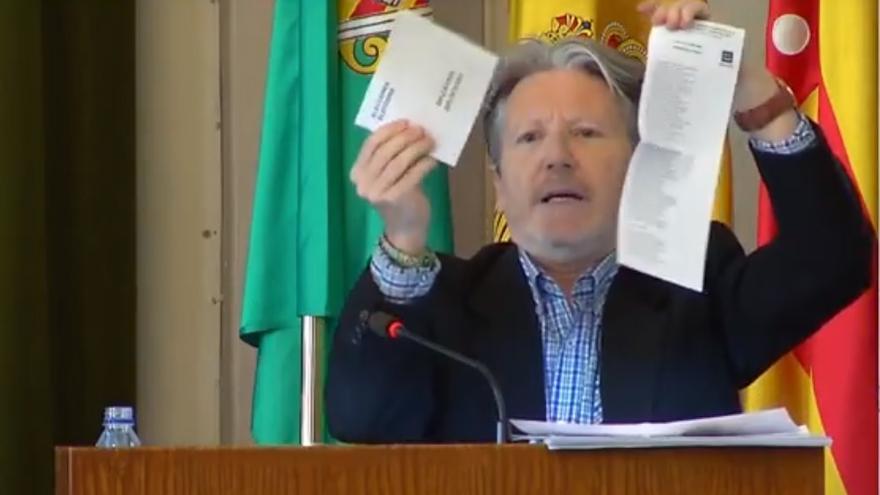 El portavoz adjunto del grupo municipal del PP en el Ayuntamiento de Castelló, Juan José Pérez Macián, durante su intervención en el Pleno extraordinario sobre la corrupción.