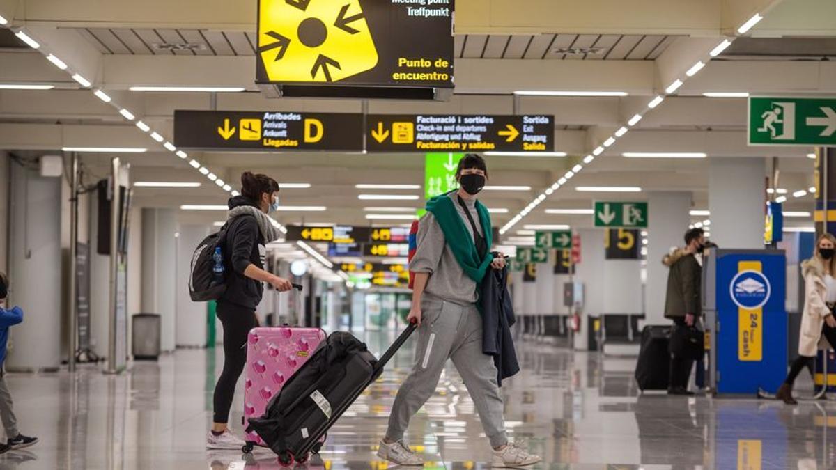 Imagen de archivo de turistas en un aeropuerto
