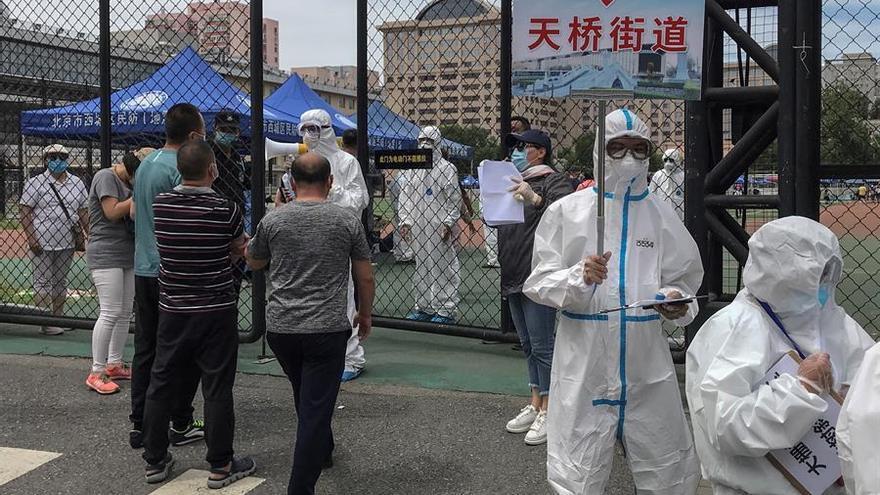 Ciudadanos que viven cerca o que han tenido algún tipo de contacto con el mercado de Xinfadi se someten a las pruebas de COVID-19.