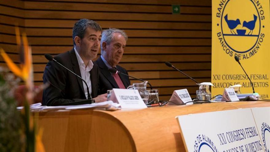 El presidente del Gobierno de Canarias, Fernando Clavijo, junto al presidente del Banco de Alimentos de Las Palmas, Pedro Llorca. EFE/Ángel Medina G.