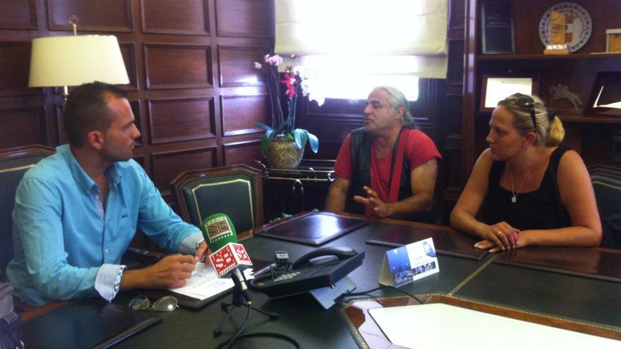 Carolina Holluy y Armando Suárez, portavoz de la Asamblea de Parados de Gran Canaria, durante la reunión con el teniente alcalde del Ayuntamiento de Santa Brígida, Martín Alexis Sosa.