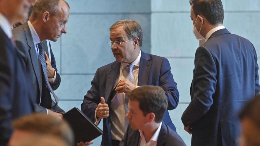 Políticos alemanes negociando por partes: por primera vez desde 1950, después de la elección general hacen falta tres partidos para juntar el número de bancas parlamentarias necesario para formar un nuevo gobierno de coalición.