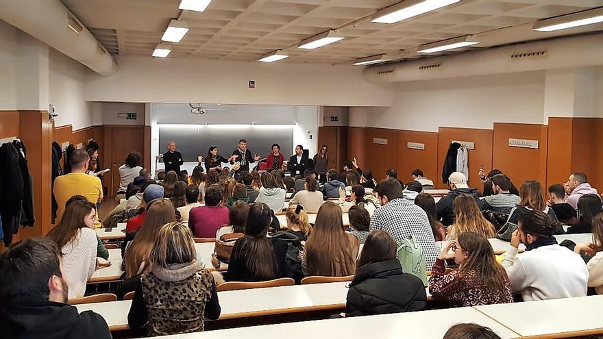 Una delegación de la Universidad de Alicante durante el anuncio del expediente esta mañana en clase