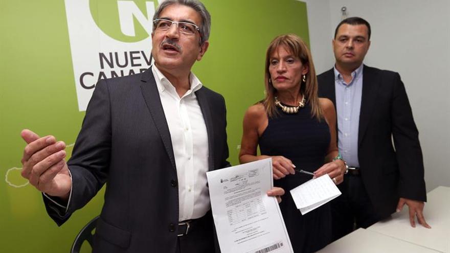 El presidente de Nueva Canarias, Román Rodríguez (i), junto a los diputados autonómicos Esther González y Pedro Sánchez. EFE/Elvira Urquijo A.