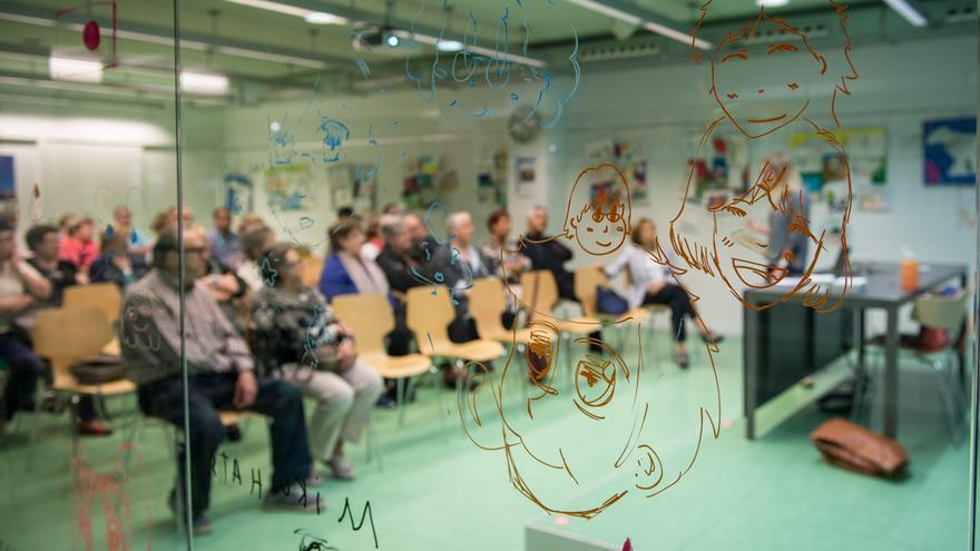 Los abuelos con nietos con TEA participan en una formación de la Asociación Aprenem